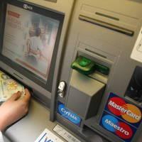De la bancomate s-au retras de cinci ori mai mulţi bani decat sumele platite direct cu cardul