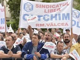 Protestatarii de la Oltchim au obtinut doar salariile pe septembrie. Sase dintre ei in greva foamei