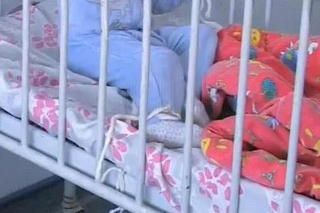 Copii legaţi de paturi- INCREDIBIL