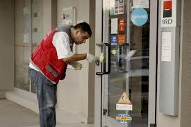 Casiera de la agentia BRD Pitesti, care a fost jefuita vineri, va fi cercetata pentru neglijenta în serviciu, deoarece numara banii cu usa deshisa, in conditiile in care banca nu avea paznic