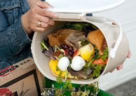 Romanii arunca mai putina mancare la gunoi