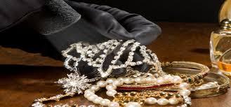 Un pitestean a reclamat la Politie, disparitia din cutia de valori depusa la o banca din municipiu a unei sume de bani si a unor bijuterii din aur